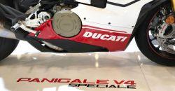 Aufkleber Ducati in Weiß für rechts Verkleidungsunterteil Panigale V4